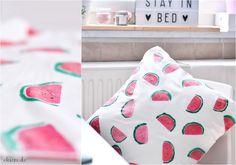 Das Melonen-Kissen DIY ist übrigens die einfachste Art auch Frühling in sein Zimmer zu zaubern. Einfach Textilfarben in Rot und Grün kaufen, eine Kartoffel aufschneiden und noch einen schwarzen Textilstift, sowie Pinsel zur Seite legen und drauf los drucken und pinseln.