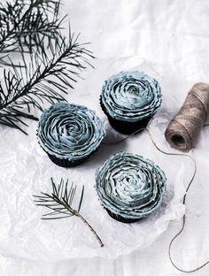 Kaunis talvinen kukkakoristelu kruunaa nämä mustaherukka-kuppikakut. Jos haluat toteuttaa leivonnaiset helpommin, jätä kuorrute kokonaan pois tai levitä se kuppikakkujen päälle veitsellä. #kuppikakut #cupcakes #christmastreats #mustaherukka #jouluherkut #joululeivonnaiset #foodphotography #ruokavalokuvaus #christmascupcakes Plant Leaves, Cupcakes, Abstract, Artwork, Plants, Food, Summary, Cupcake Cakes, Work Of Art
