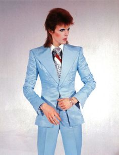 David Bowie in a pink suit during Ziggy Stardust days Angela Bowie, Bowie Ziggy Stardust, David Bowie Ziggy, David Bowie Major Tom, Lady Stardust, Mick Jagger, Stevie Nicks, Freddie Mercury, Rolling Stones