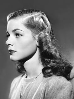 Black and white portrait of Lauren Bacall with a perfectly coiffed Old Hollywood Glamour, Golden Age Of Hollywood, Vintage Glamour, Vintage Hollywood, Hollywood Stars, Vintage Beauty, Classic Hollywood, Lauren Bacall, Veronica Lake