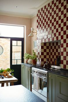 Kitchen Tiles, Kitchen Dining, Kitchen Island, Green Kitchen Designs, British Home, Chimney Breast, Green Cabinets, London House, Notting Hill