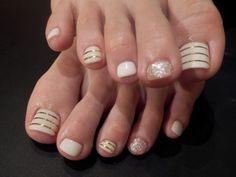 Esmaltado pies con base crema y blanca combinando diferentes estampados y texturas