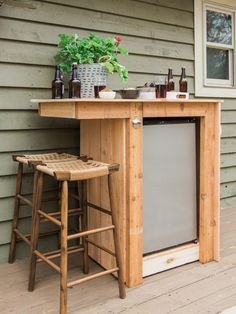 How to Build an Outdoor Minibar Build an outdoor bar complete with a miniature refrigerator bottle opener and towel hooks. The post How to Build an Outdoor Minibar appeared first on Outdoor Ideas. Ikea Outdoor, Diy Outdoor Bar, Outdoor Kitchen Design, Patio Design, Outdoor Lighting, Outdoor Spaces, Outdoor Ideas, Outdoor Patios, Bar Patio