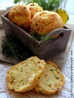 Wiejskie bułeczki z boczkiem, serem i cebulką
