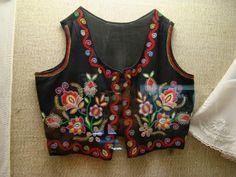 Buzsaki boszorkanyos himzes Hungarian Embroidery, Embroidery Motifs, Machine Embroidery, Folk Clothing, Clothing Patterns, Bohemian Fabric, Folk Costume, Chain Stitch, Dance Costumes