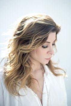 Après 5 albums studios, Julie Zenatti nous dévoilera d'ici quelques jours le 6ème, Blanc. Porté par le single, D'Où je Viens , puis par le joli, Les Amis, la chanteuse a hâte de retrouver son public sur scène pour lui présenter ses nouvelles chansons...
