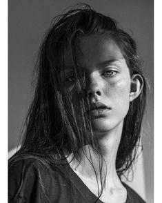Beauty Portrait, Female Portrait, Portrait Art, Face Photography, Photography Women, Black And White Portraits, Black And White Photography, Photographie Portrait Inspiration, Portrait Lighting