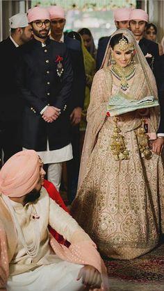 Sikh Wedding Dress, Punjabi Wedding Couple, Pakistani Wedding Outfits, Indian Bridal Outfits, Indian Bridal Fashion, Wedding Dresses For Girls, Bridal Dresses, Pakistani Bridal Jewelry, Indian Bridal Lehenga