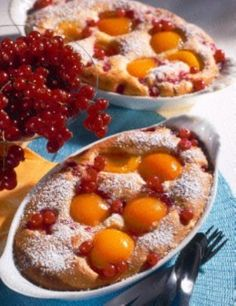 Das Rezept für Versunkene Früchte (Aprikosen und Johannisbeeren) in Mandelrührteig und weitere kostenlose Rezepte auf LECKER.de