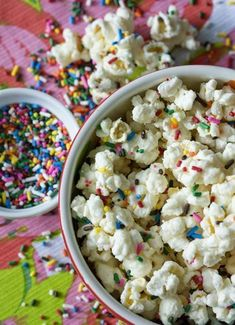 Sweet and Salty Cake Batter Popcorn with Rainbow Sprinkles Gourmet Popcorn, Popcorn Recipes, Snack Recipes, Confetti Popcorn Recipe, Popcorn Flavours, Flavored Popcorn, Easy Recipes, Funfetti Kuchen, Funfetti Cake