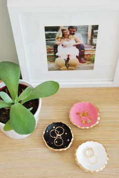 Make these darling painted DIY clay jewelry bowls with air dry clay, a cookie cutter, and acrylic paint. Diy Air Dry Clay, Diy Clay, Jewelry Dish, Clay Jewelry, Ceramic Jewelry, Ceramic Painting, Diy Painting, All You Need Is, Gold Diy