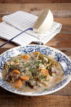 Μια σούπα που ζεσταίνει το χειμώνα και σε γυρνάει πίσω στη φροντίδα της μαμάς και τα τραπέζια της παράδοσης.