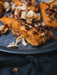 Maple salmon with praline pecans - Le Coup de Grâce Praline Pecans, Pecan Pralines, Maple Salmon, Fish Recipes, Healthy Recipes, Pinata Cake, Clean Eating, Healthy Eating, Crispy Pork