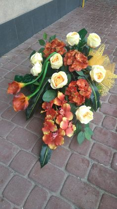 Grave Flowers, Funeral Flowers, Table Arrangements, Floral Arrangements, Table Flowers, Neue Trends, Red Roses, Diy And Crafts, Floral Wreath