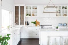 This beautiful home shows how to decorate your home in the Hamptons style with a classic Hamptons kitchen and living room filled with coastal decorating ideas Hamptons Style Homes, Hamptons House, The Hamptons, Layout Design, Design Design, Design Ideas, Hamptons Kitchen, Kitchen On A Budget, Kitchen Ideas