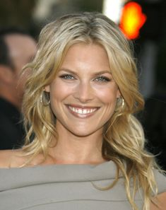 Splendid paragon of beauty Ali Larter . Larter landed her first professional roles in 1997 when she appeared in several television programs. Ali Larter, Beautiful Old Woman, Pretty Woman, Classy Hairstyles, Wedding Hairstyles, Blonde Actresses, Gorgeous Hair Color, Glamour Magazine, Beautiful Celebrities