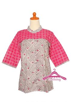 Blus Batik Wanita Lengan Panjang ini dibuat dengan proses cap dwi-warna.