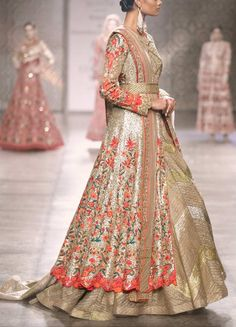 The Perfect Wedding Dress For The Bride - Aspire Wedding Mehendi Outfits, Eid Outfits, Pakistani Outfits, Indian Outfits, Punjabi Fashion, Asian Fashion, Indian Bridal Lehenga, Indian Anarkali, Indian Sarees