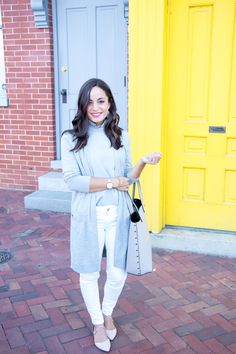 Gray, white and blush - early spring outfit inspiration. White denim with long gray cardigan. Classic Work Outfits, Classic Style Women, Casual Work Outfits, Autumn Summer, Autumn Winter Fashion, Early Spring Outfits, Best Cardigans, Long Grey Cardigan, Women's Summer Fashion