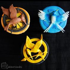 Over the top Hunger Games Catching Fire and Mockingjay cupcakes Hunger Games Crafts, Hunger Games Cake, Hunger Games Party, Hunger Games Trilogy, Tribute Von Panem, Hunger Games Mockingjay, Incredible Edibles, Catching Fire, Cute Food