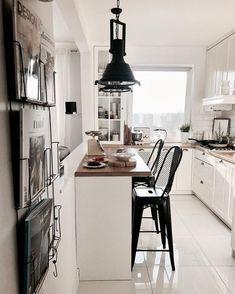 Kuchnia nie należy do największych, ale dzięki bieli, której jest tu zdecydowanie najwięcej, wnętrze wydaje się całkiem...