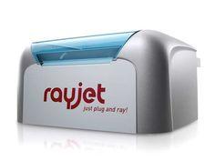 Laserová gravírka Rayjet. Kompaktní a cenově výhodná laserová gravírka a řezačka pro rytce, designéry (hobby i profesionály) a školy.