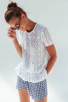 Blouse Rosaline manches courtes en broderie anglaise - Just DIY Casual Chic Outfits, Style Casual, Simple Outfits, Trendy Outfits, Cute Outfits, Mature Fashion, Modest Fashion, Latest Fashion For Women, Trendy Fashion