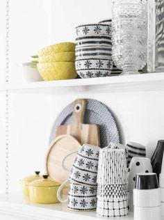 Made In Persbo: Piggt & fräscht med gult Cosy Kitchen, Farmhouse Kitchen Decor, Kitchen Interior, Interior And Exterior, Interior Design, Shabby, Blog Deco, Kitchen Styling, Kitchenware