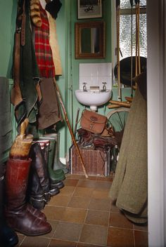 Green Country Closet with sink English Country Style, Town And Country, Country Life, Country Estate, Country Living, Cabana, English Interior, English Decor, Equestrian Decor