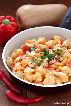 Jesienna, kolorowa potrawka z kurczaka, dyni i papryki. Lekko ostra, rozgrzewająca i sycąca. Idealny, szybki obiad na chłody.