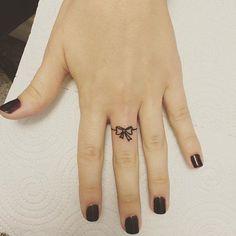 Tattoos, subtle tattoos, finger tattoo for women, small tattoo, feminine ta Toe Ring Tattoos, Bow Finger Tattoos, Ring Tattoo Designs, Henna Tattoo Designs Simple, Finger Tattoo For Women, Mehndi Designs For Fingers, Delicate Tattoo, Subtle Tattoos, Trendy Tattoos