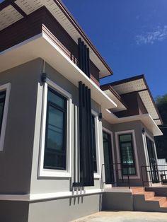บ้านชั้นเดียวแนวโมเดิร์น ผนังผนังภายในผสมผสานปูนเปลือย พื้นที่ใช้สร้อย 128 ตรม Exterior Wall Design, Exterior Paint Colors For House, Modern Exterior, Minimalist Window, Minimalist Home, House Design Photos, Modern House Design, Outside Paint, Modern Bungalow House