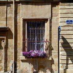 Small details can change  everything ...  I piccoli dettagli possono cambiare tutto.  Così è per Aix-en-Provence una città fatta di dettagli: portoni pieni di storia insegne antiche e tanti fiori. Elegante come ci si aspetta dalle città francesi ma anche piena di vita come sanno essere le città del sud.