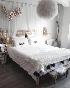 Dieses Schlafzimmer Lädt Zum Träumen Und Kuscheln Ein. Flauschige Felle,  Der Nachttisch
