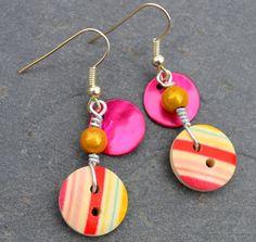 Boucles d'oreilles, boutons bois rayures roses et nacres - Bijoux fantaisie TessNess : Boucles d'oreille par tessness