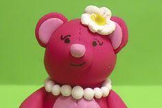Das Bärenmädchen ist ein handgefertigtes Einzelstück.     Augen und Mund sind aufgemalt.     Die Figur ist komplett aus Polymer Clay eigens von Hand g