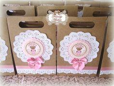 Sacolinha em papel craft - personalizada no tema ursinha floral - rosa e marrom.  Pedido Mínimo: 15 unidades. R$ 6,80