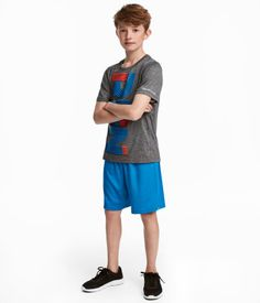 Sports set with short-sleeved top and shorts in fast-drying, functional fabric. Top with a printed motif at front and reflective details. Summer Clothes, Summer Outfits, Shoes Without Socks, Blue Grey, Gray, Summer Boy, Modern Kids, H&m Online, Boys Who