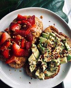 Nothing new to see here. just some dang good toast. Sourdough + cashew butter, strawberries, and bee pollen & ghee, avocado, red pepper… aufstrich dessert pflanzen recipes rezept salad salat toast Healthy Meal Prep, Healthy Snacks, Healthy Recipes, Yummy Recipes, Think Food, I Love Food, Clean Eating Snacks, Healthy Eating, Clean Lunches