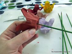 by Acasa Colt de Rai- TUTORIAL - make flowers, tulips, out of cardboard egg cartons. Extra tutorial for a twine wrapped vase made of a plastic cap.
