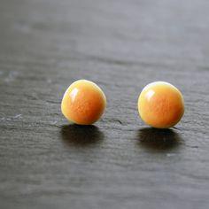 Kleine zarte Ohrsteckerchen in einem schönen honiggelb - handgefertigt aus Porzellan und 925 Silber