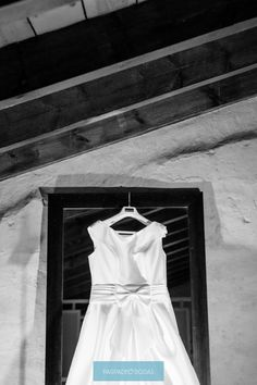 El vestido de la novia. www.parpadeobodas... #fotografodebodas #fotosdeboda #wedding #detallesdeboda #elvestidodelanovia #novios #boda