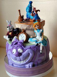 Alice in Wonderland cake. No me gustan los pasteles pero me gustaría tener uno así en mi cumple jajaja para verlo!