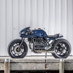 An amazing collaboration between Switzerland's @vtrcustoms and the high-end shipwrights Boesch Boats — a BMW K100 #caferacer with immaculate style and finishing. Spotted on @returnofthecaferacers, now in our latest Bikes Of The Week. Hit the link in...