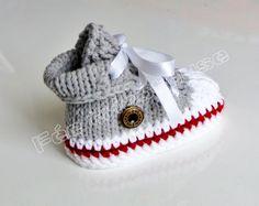 baskets bébé tricotées à la main (gris clair-ligne rouge) : Mode Bébé par feetricoteuse