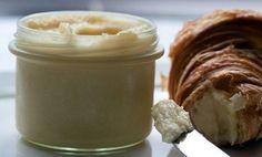 Pokud již máte dost těžkých máslových krémů, připravte si jemný kokosový krém, který je vhodný jak do koláčů, tak i do různých typů dortů. Na přípravu luxusního raffaello krému budete potřebovat pouze 4 suroviny, a to kokos, kondenzované mléko, máslo a bílou čokoládu. Tento krém si dokonce můžete natřít i na máslový croissant ke snídani nebo večeři. Je fantastický. Pokud máte rádi velmi kokosovou chuť, klidně přidejte i více kokosu.
