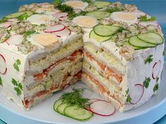 Rezept: Festliche Sandwichtorte mit Lachs und Frischkäse This neatly layered sandwich cake has it all – a hearty filling of salmon, cream cheese and vegetables. Brunch Buffet, Party Buffet, Sandwich Torte, Sandwich Fillings, Good Food, Yummy Food, Swedish Recipes, Snacks Für Party, Wrap Sandwiches