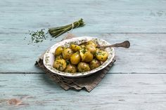 Kjempegode nypoteter i smør og urter.   Grønne retter på under 10 minutter! Serving Bowls, Tableware, Kitchen, Sun, Dinnerware, Cooking, Tablewares, Kitchens, Dishes