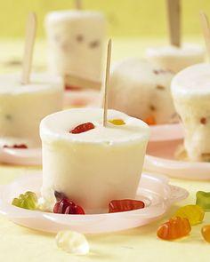 Dieses Eis ist der Hit auf jedem Kindergeburtstag! Gefrorene Gummibärchen und cremiges Milcheis, das Ganze am praktischen Holstiel - so machen Sie Ihre Kinder glücklich. Foto: Thomas Neckermann
