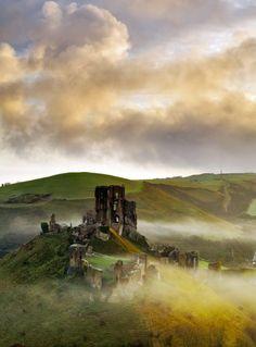 The 10 best ruins in Britain - Corfe Castle, Dorset Dorset England, England And Scotland, England Uk, Castle Ruins, Medieval Castle, Medieval Houses, Castillo Bodiam, Monuments, Corfe Castle